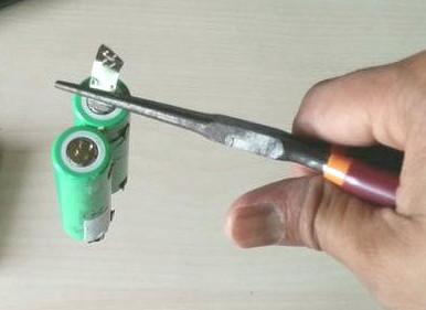 Отсоединение приваренной пластины от литиевых аккумуляторов